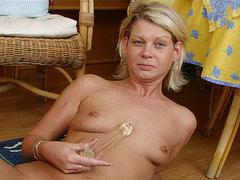 Mature mom with small tits fucks a dildo